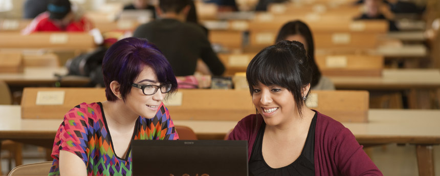 students looking at computer - freshman admission requirements