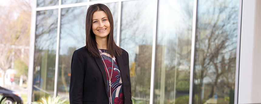 Business school alumna Lauren Beyer in portrait