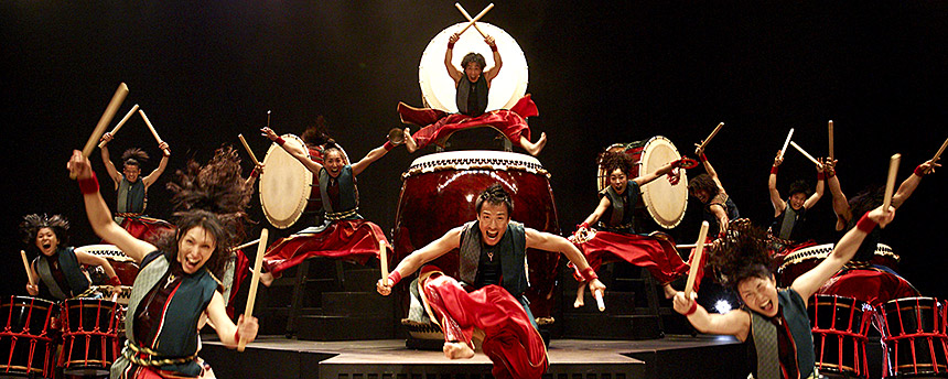 A wild performance of Japanese taiko drummers